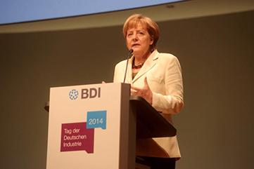 Angela Merkel am Rednerpult faircom moto