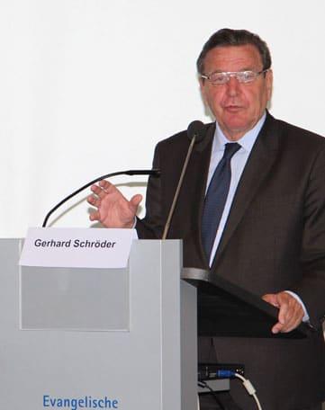 Gerhard Schröder am Rednerpult faircom moto