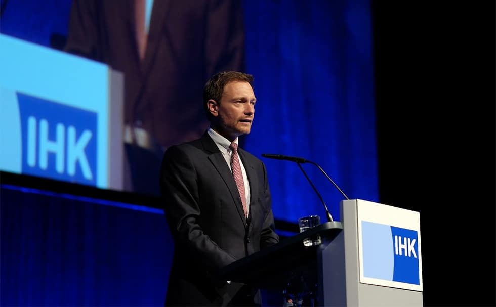 Christian Lindner am Rednerpult faircom moto