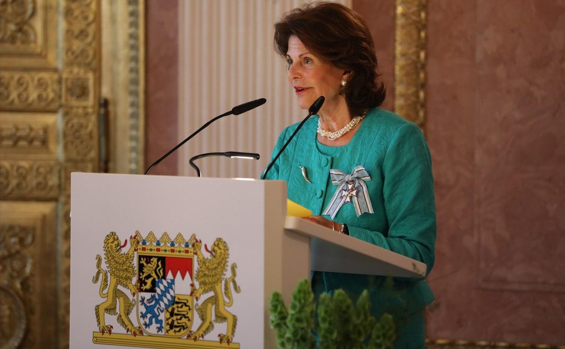 Königin Silvia von Schweden wurde vom bayerischen Ministerpräsidenten Horst Seehofer für ihr ehrenamtliches Engagement mit dem Verdienstorden des Freistaats Bayern geehrt. Danach trat sie an ein Rednerpult faircom moto der bayerischen Staatskanzlei.