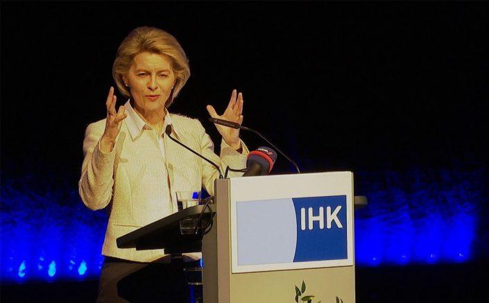 Ursula von der Leyen am Rednerpult faircom