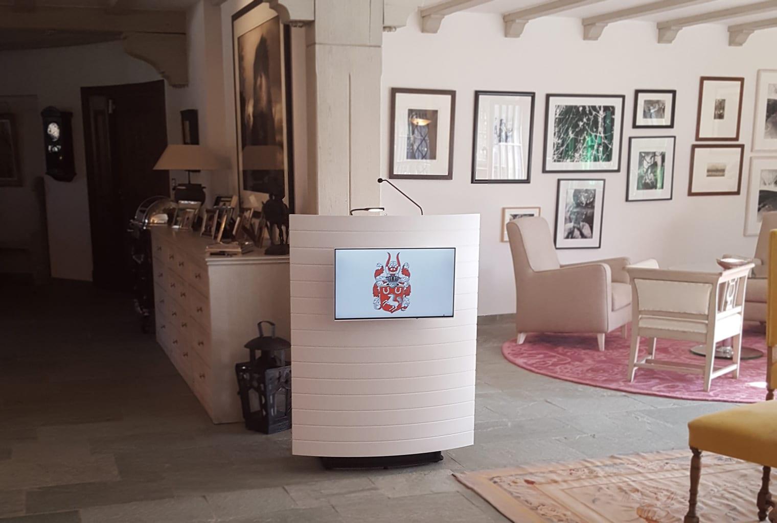 Das Gestüt Schafhof in Kronberg im Taunus erhält ein repräsentatives Rednerpult faircom parlament. Das Pult verfügt über eine strukturierter Frontplatte, Lampe und Mikrofon. Zusätzlich wurde ein Display an der Frontblende angebracht.