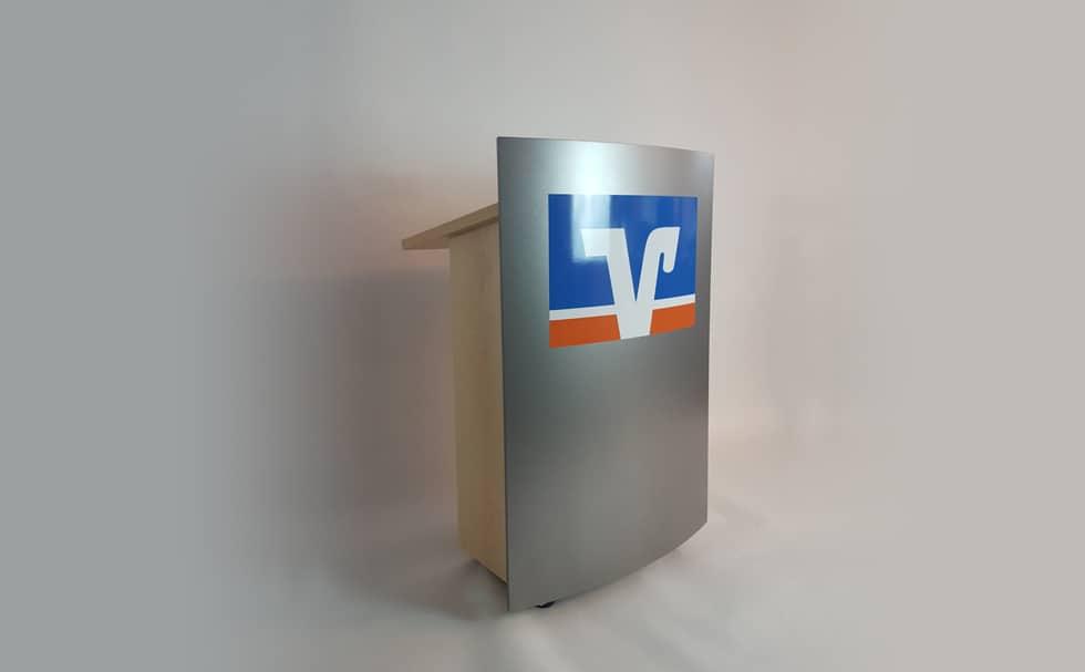 Gebogene Front mit Logo