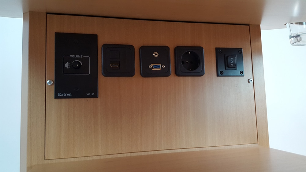 Anschlüsse, z.B. für Audio, Video, USB, Netzwerk oder Strom können individuell nach Kundenwunsch eingebaut werden.