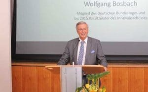 Wolfgang Bosbach am Rednerpult faircom futura