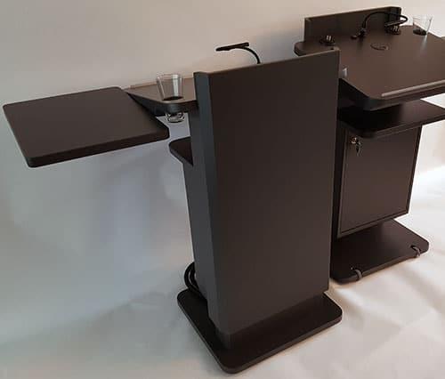Zwei Rednerpulte faircom moto wurden an die Hochschule Konstanz geliefert.  Die Pulte verfügen über eine zusätzliche seitliche Ablage und einen extra großem Korpus zur Unterbringung von Zuspielgeräten und Medientechnik.