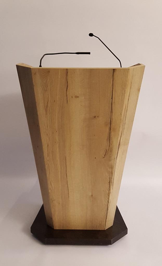 Rednerpult aus Holz mit Lampe und Mikrofon