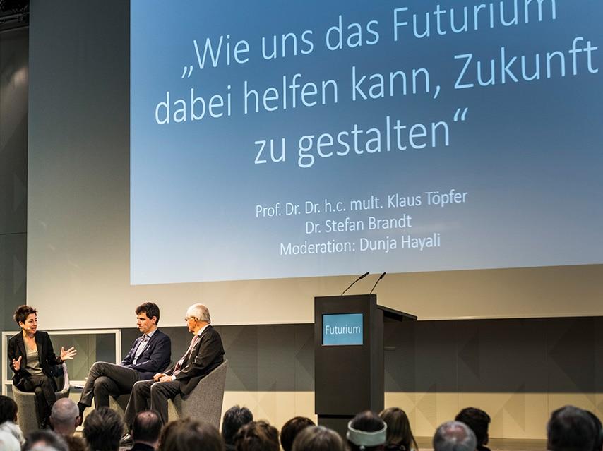 """faircom media lieferte kürzlich drei Rednerpult vom Typ faircom moto an das neue """"Futurium – Haus der Zukunft"""" in Berlin. Eines der Pulte kam nun bei der feierlichen Schlüsselübergabe zum Einsatz. Es sprachen unter Anderem  Bundesministerin Prof. Dr. Johanna Wanka und Direktor Dr. Stefan Brandt."""
