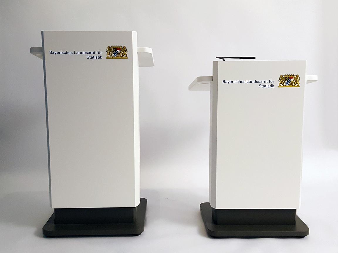 Zwei Rednerpulte für das Bayerische Landesamt für Statistik