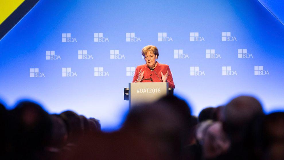 Beim Arbeitgebertag 2018 in Berlin trat Kanzlerin Angela Merkel aufs Podium. Bei Ihrer Rede konnte sie sich auf ein motorisch höhenverstellbares Rednerpult faircom vom Typ moto verlassen. Weitere Informationen zum Rednerpult faircom moto >>>