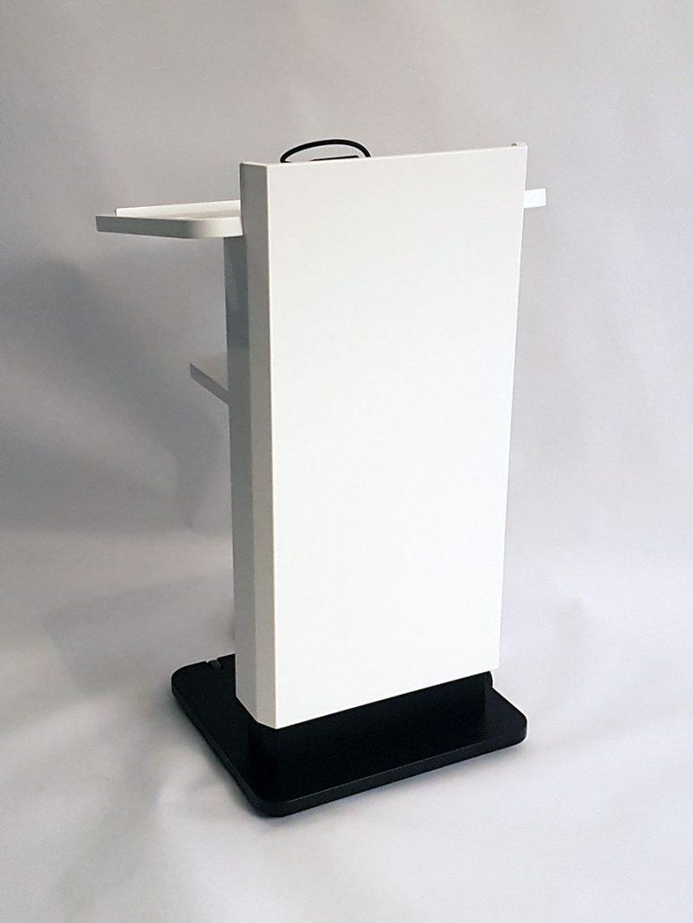 Pult mit Mikrofon und Lampe