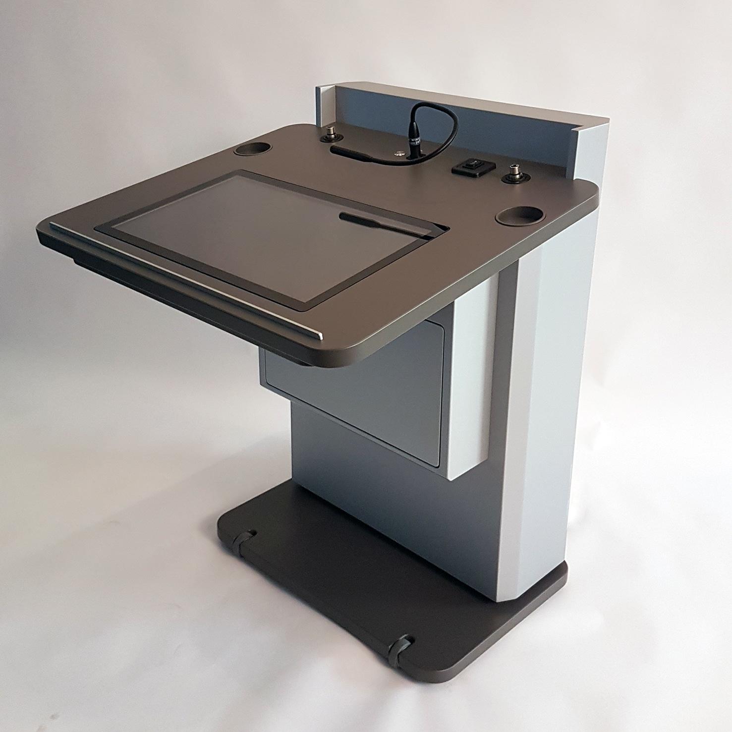 """faircom media lieferte ein behindertengerechtes Rednerpult faircom """"barrierefrei"""" an das Museum für Naturheilkunde in Berlin. Das Pult ist motorisch um 40 cm höhenverstellbar und im Rollstuhl sitzend bedienbar. Es verfügt über einen 32 Zoll großen Frontmonitor und einen 22 Zoll Vorschaumonitor in der Skriptablage."""