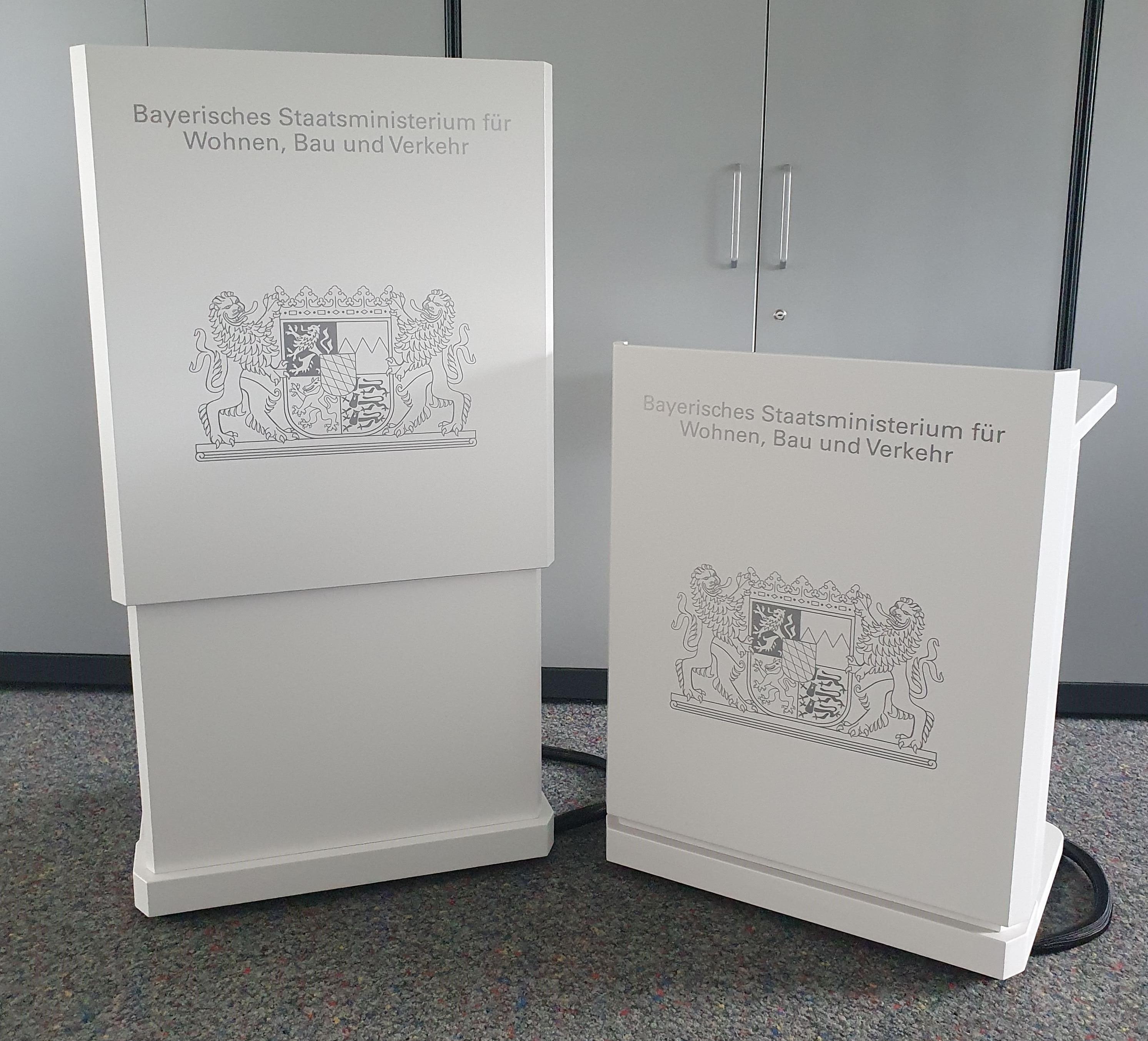 """Rednerpult """"Moto"""" für das Bayerische Staatsministerium"""